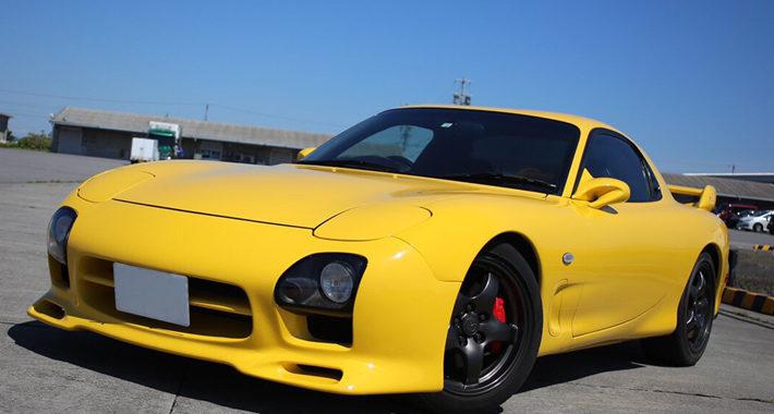 黄色のRX7(FD3S)