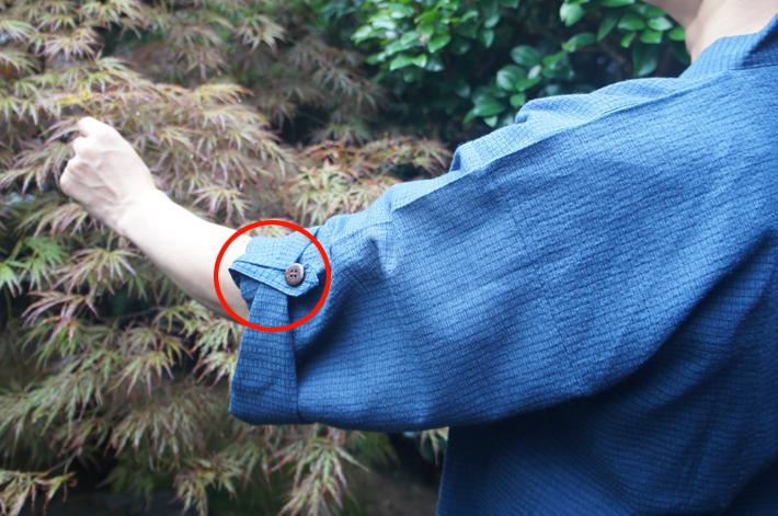 上着の袖をまくり上げる