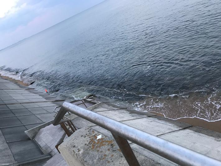 満潮で堤防まで